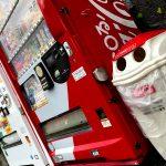 自販機の横のゴミ箱はなぜ分別されてるの?中は1つなのに…