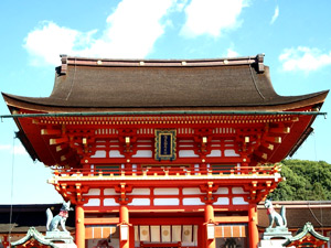 伏見稲荷大社の本殿の写真