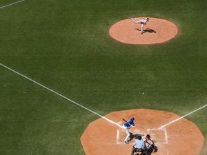 芝生の野球場の写真