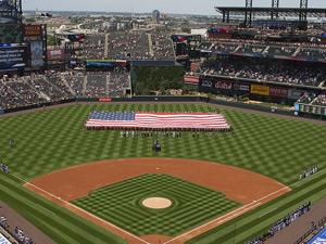 星条旗が広げられた球場の写真