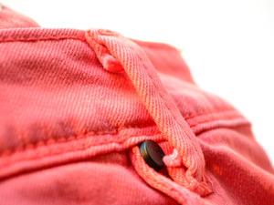 赤いカラーデニムの写真