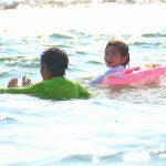 海での日焼け防止用の服は何て名前?ラッシュガードと帽子で日焼けを完全防止!