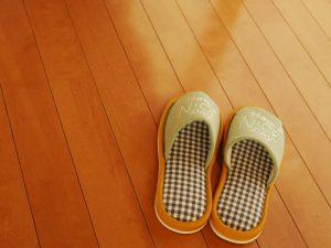 スリッパがパタパタうるさい原因と対処法!スリッパが足を悪くするって本当?