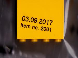 ファクトリーブロックの袋にある日付のアイテムナンバーの写真