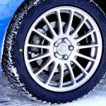 スタッドレスタイヤの仕組みと原理について。なぜスタッドレスタイヤは冬道で滑りにくいのか?
