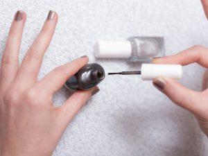 マニキュアを綺麗に塗るコツは?マニキュアを塗る前の爪のケア方法や裏技も!